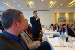 Ein leitender Vertreter der FFW Steffenshagen stellt Fragen an die Politiker des Landes M-V.