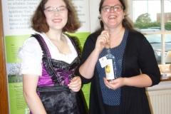 fröhliche junge Frauen vom Einsatzteam