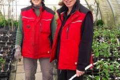 Frau Haake und Ute Hinrichs führten die Winterhandveredlungen durch