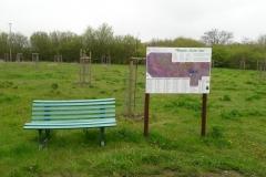 Gemütliche Sitzbank am Pflanzplan im Garten Eden