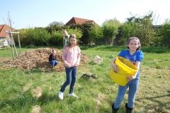 Kinder verteilen Holzhäcksel