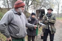 Uwe Arnsberg zeigt die Hacke zum Pflegen der Baumscheiben