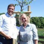 Frau Dr. Silvia Kastell bedankt sich bei Herrn Sebastian Constien mit einer Pflanzurkunde.
