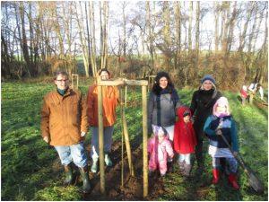 Die Kita Reddelich voller Stolz über ihren Patenapfelbaum